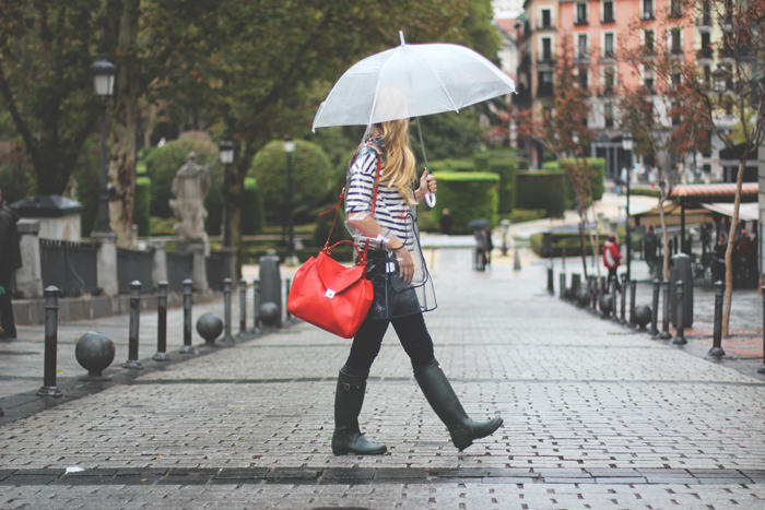 clear umbrella, red bag, dark olive hunter, hunter look, street style, raincoat, outfit
