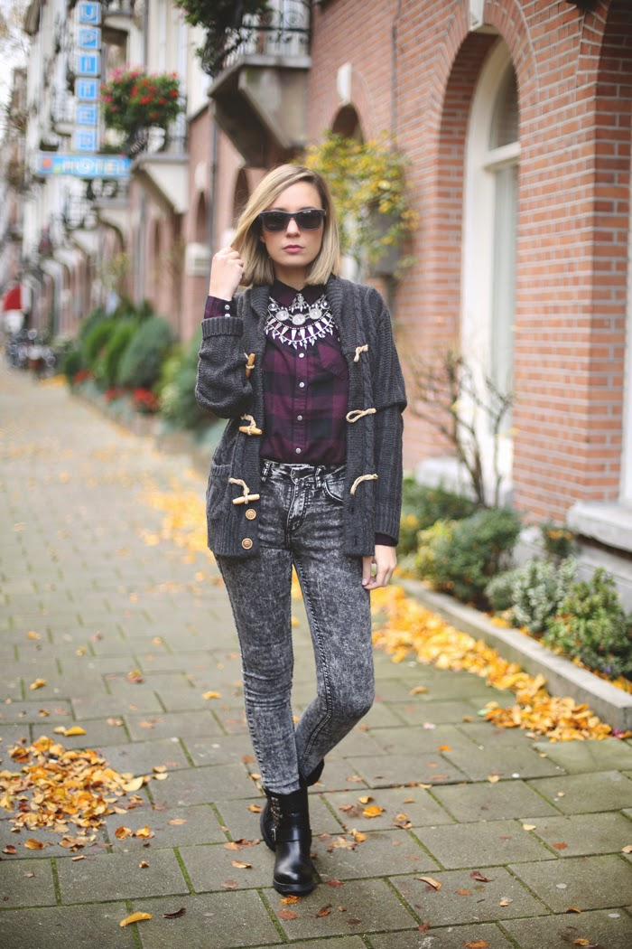 Plaid shirt, wool cardigan, tie dye jeans, cool outfit, fashion blogger, Amsterdam, fashion, bib necklace,