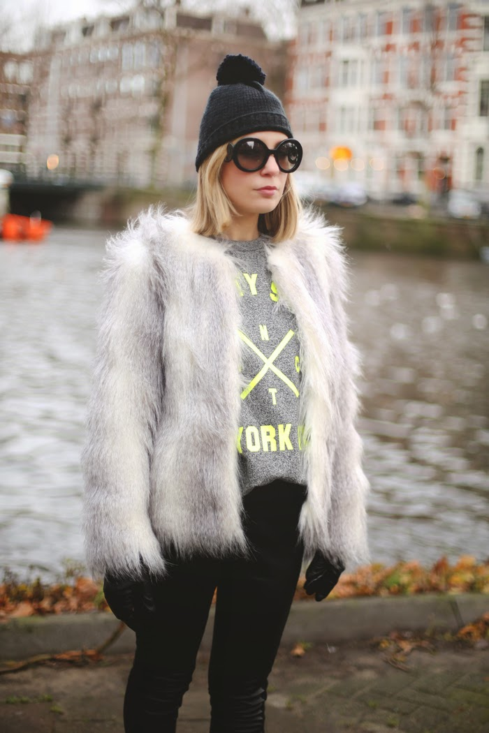 Abrigo de pelo, fur coat, sweatshirt, yellow, winter look, leather leggins, beanie, look abrigado, melissa, botties