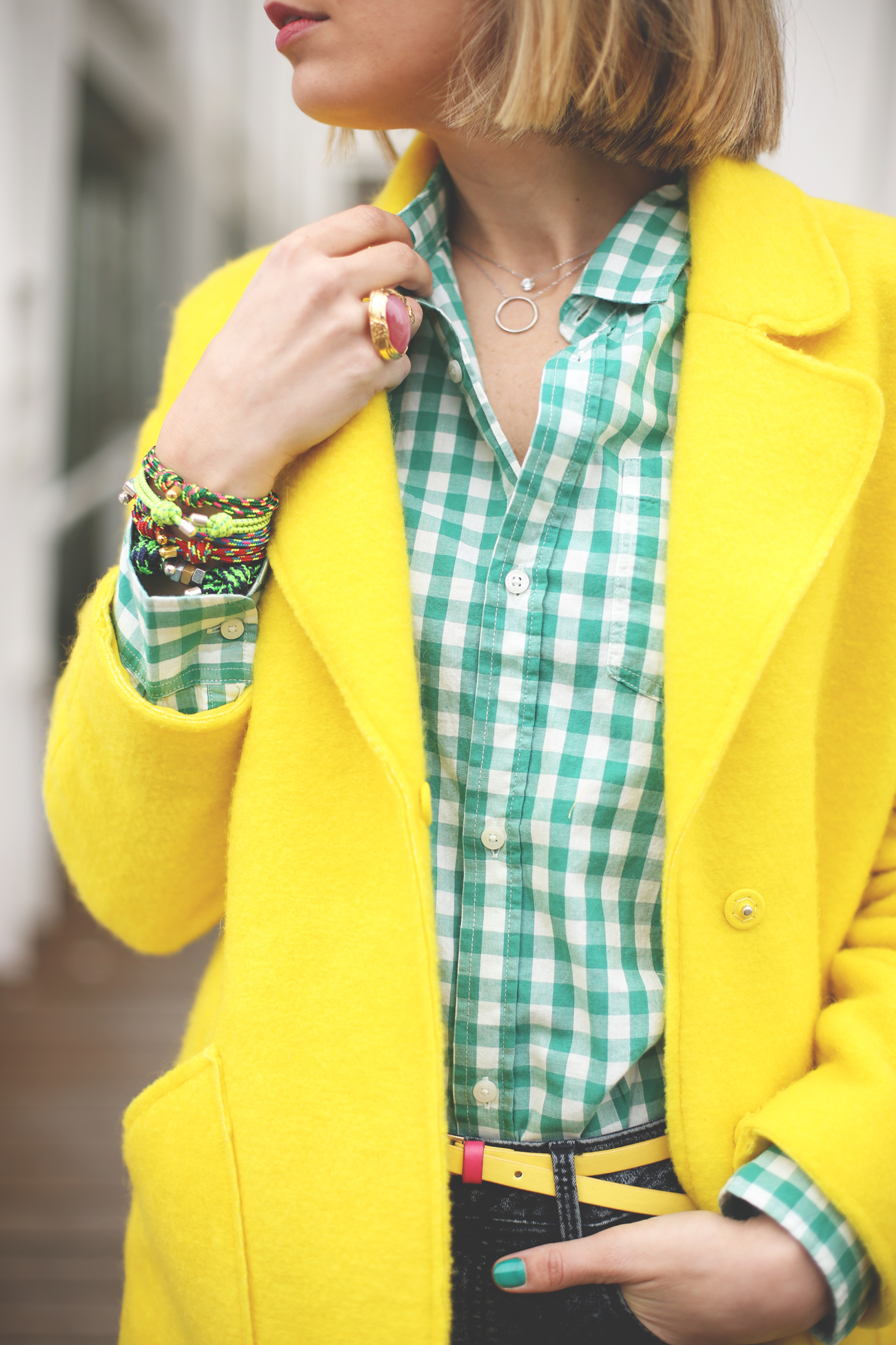Fashion blogger, colorful, yellow coat, happy birthday, look con jeans, sandalias flores, steve madden, camisa de cuadros, abrigo amarillo, blonde, girl,