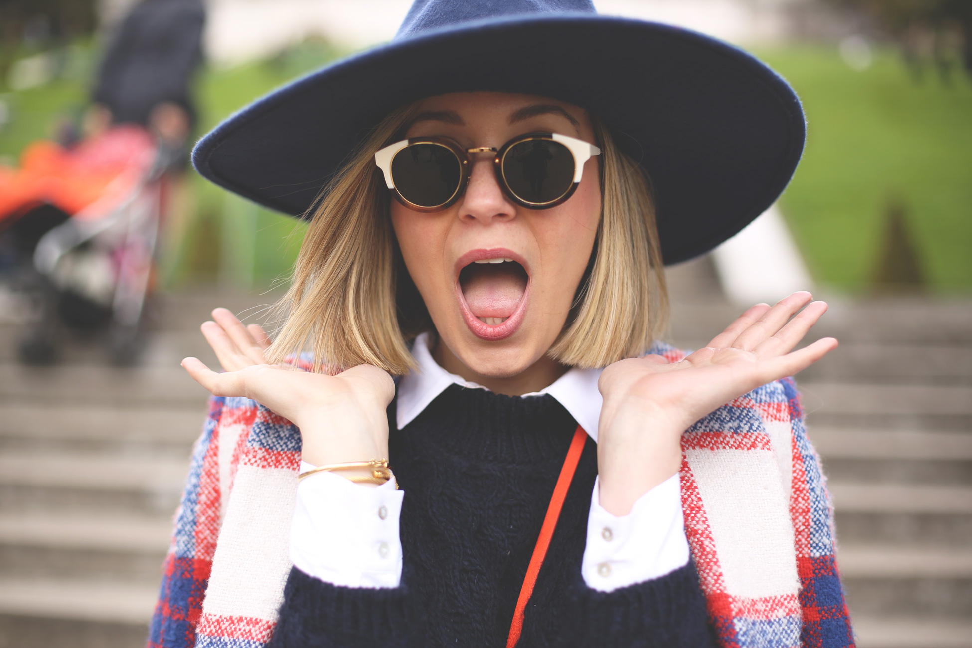 coat, blonde, fashion blog, blue hat, look zara, abrigo Zara, gafas de sol retro, white sneakers, street style, pfw, paris, blue sweater, trend,