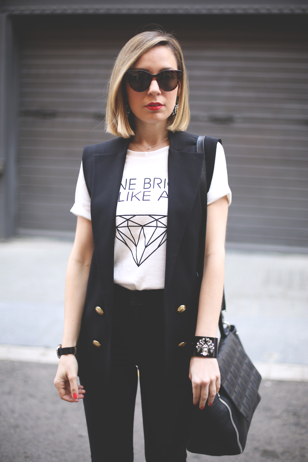 marc jacobs, giveaway, fashion blogger, spanish blog, blonde girl, black jeans, white tee, zapatos zara, black vest,