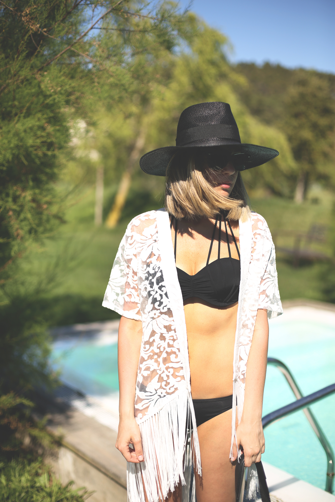 fashion blogger, street style, swimwear, blonde girl, black bikini, look con kimono, look playa, summer look, fringed,