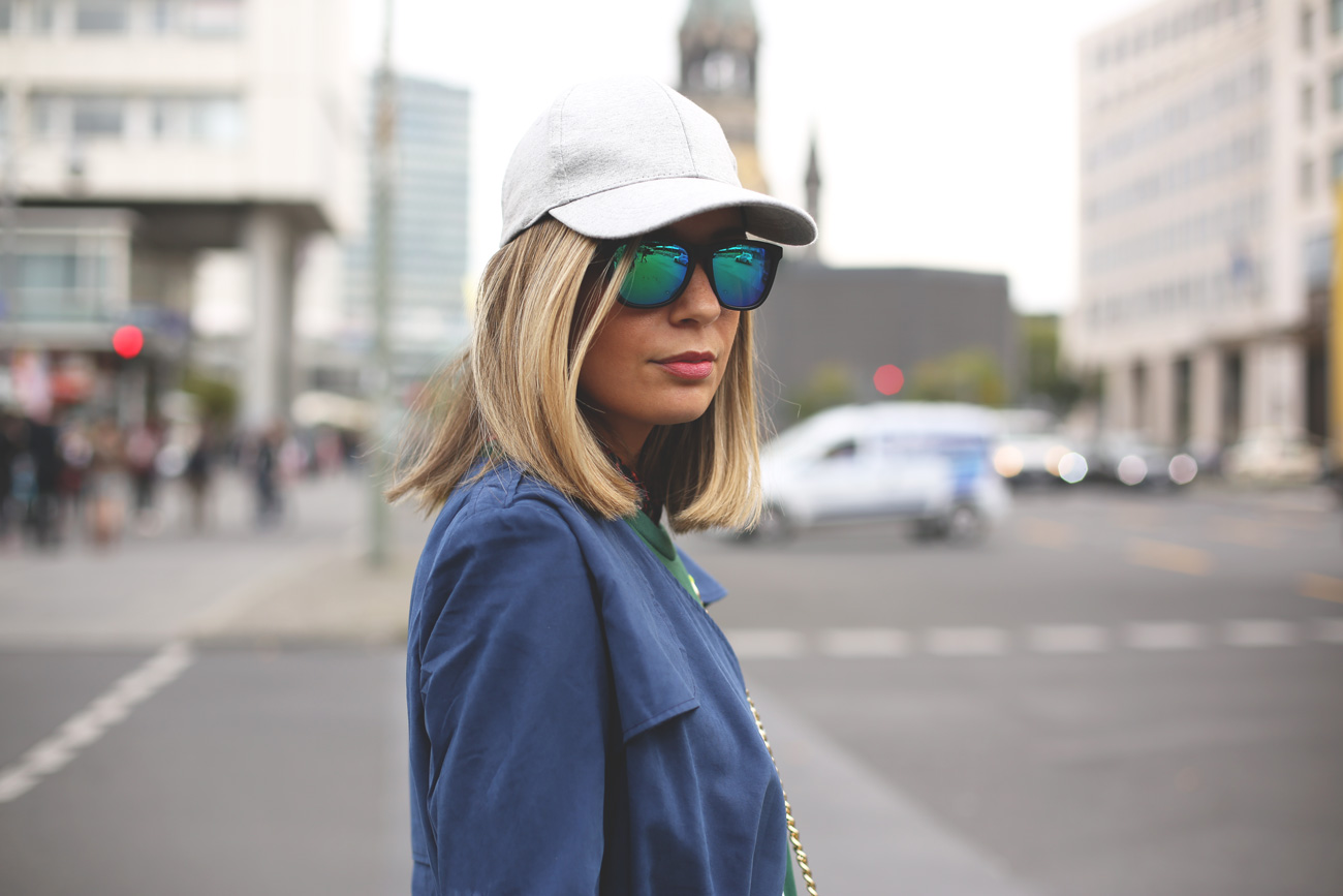 blue trench, jeans blancos, look con gorra, viaje Berlín, my showroom, fashion blogger, blog de moda, street style,
