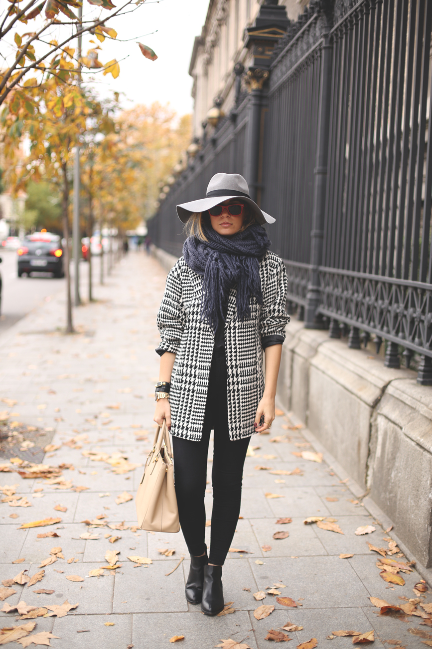 fashion blog, blog de moda, Priscila My Showroom, bloguera de moda, abrigo de pata de gallo, look invierno, Madrid, jeans negros, botines negros, look con sombrero,