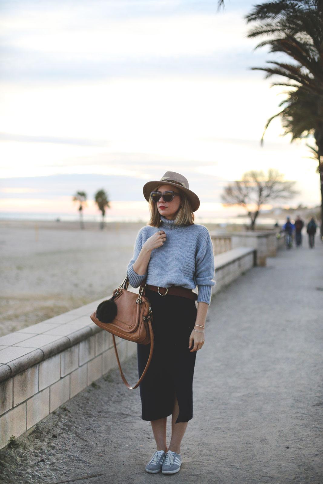 falda de punto color azul corte midi