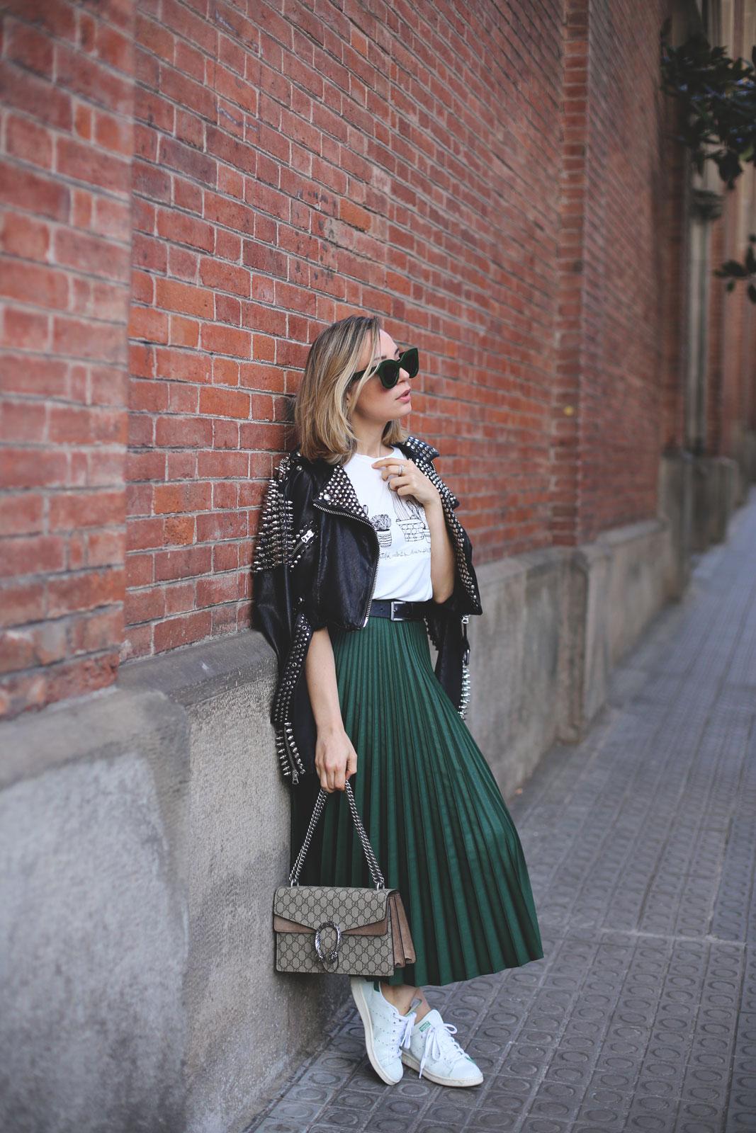 Falda verde plisada con corte midi de tendencia