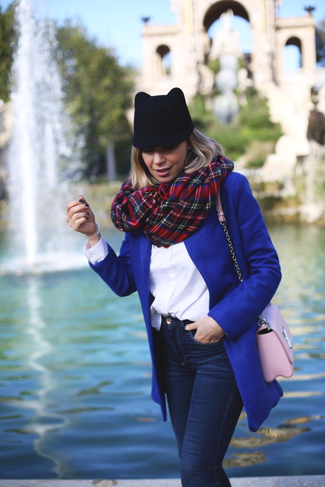 Abrigo azul klein y bufanda de cuadros con outfit de invierno