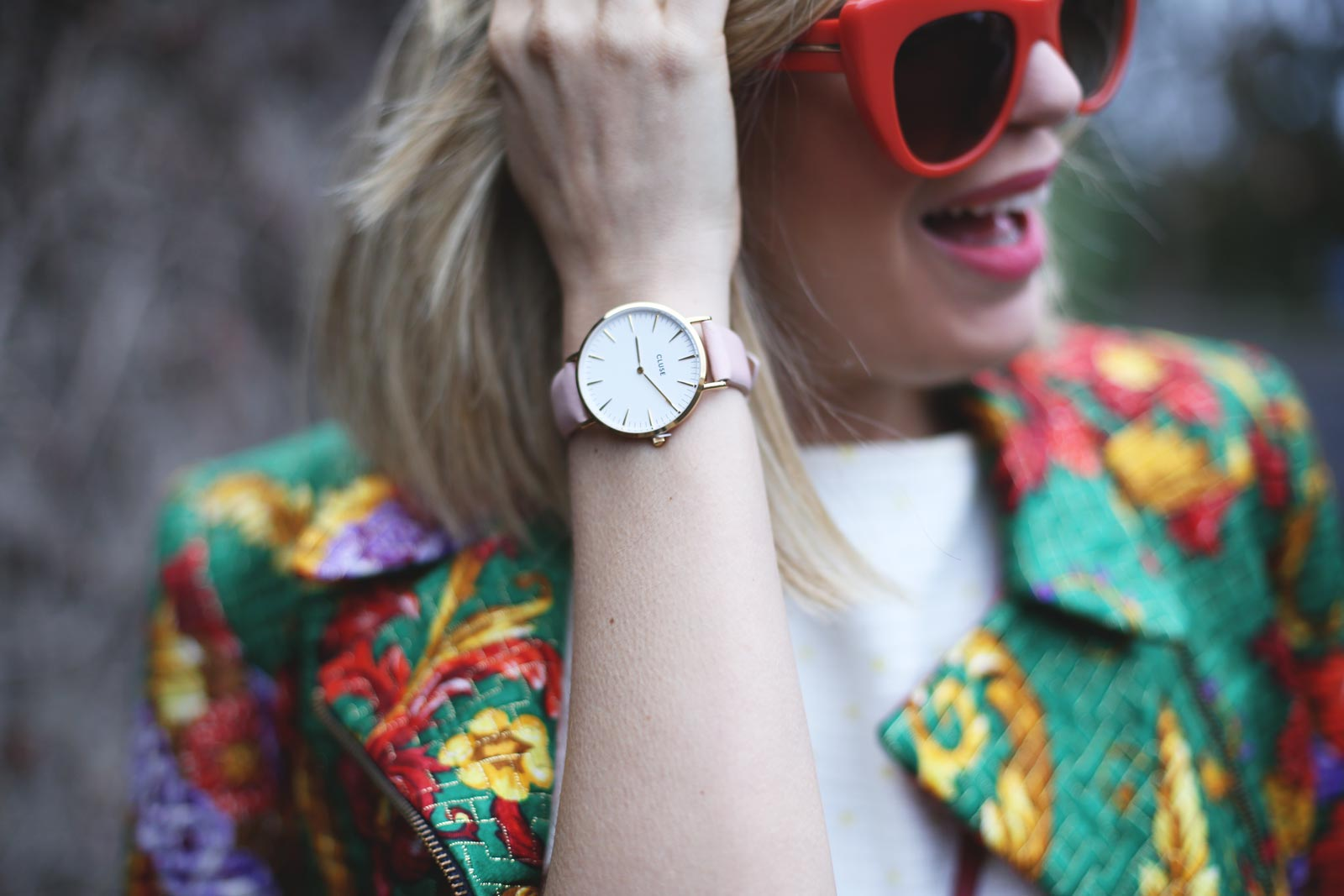 detalles de outfit para mujer con reloj cluse