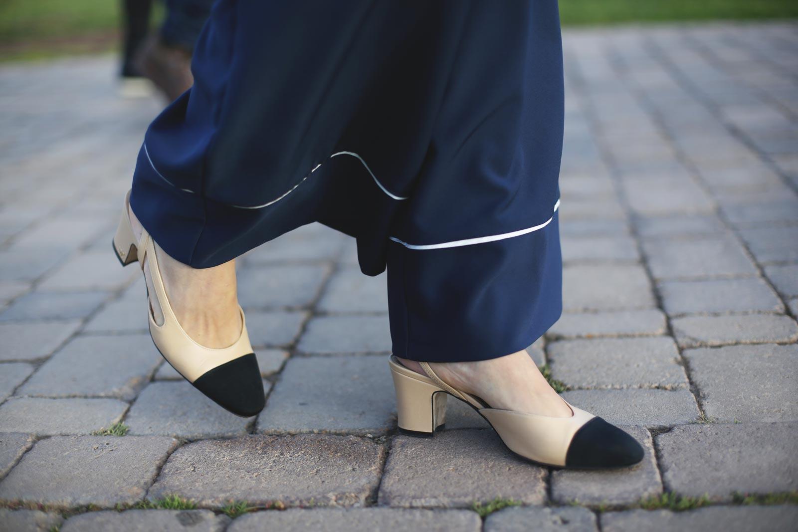 zapatos slimback de Chanel beige y negros