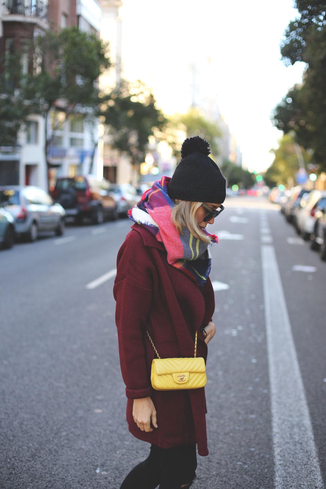 abrigos de punto burdeos y bolso chanel