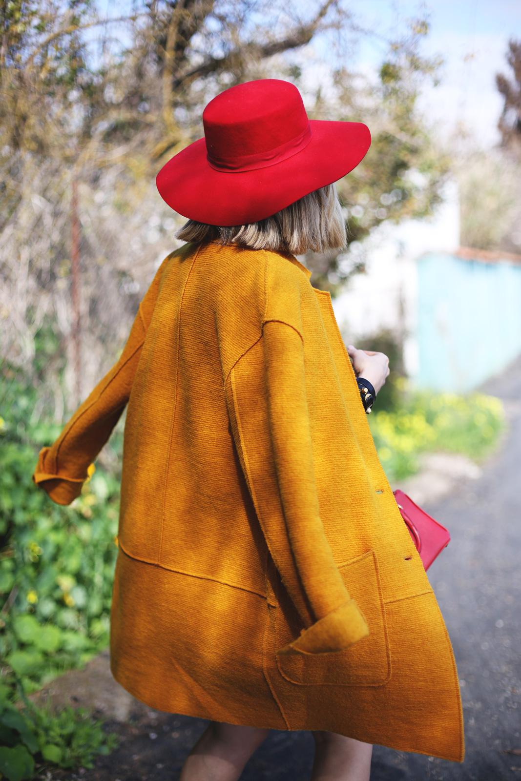 Abrigo color mostaza de mujer
