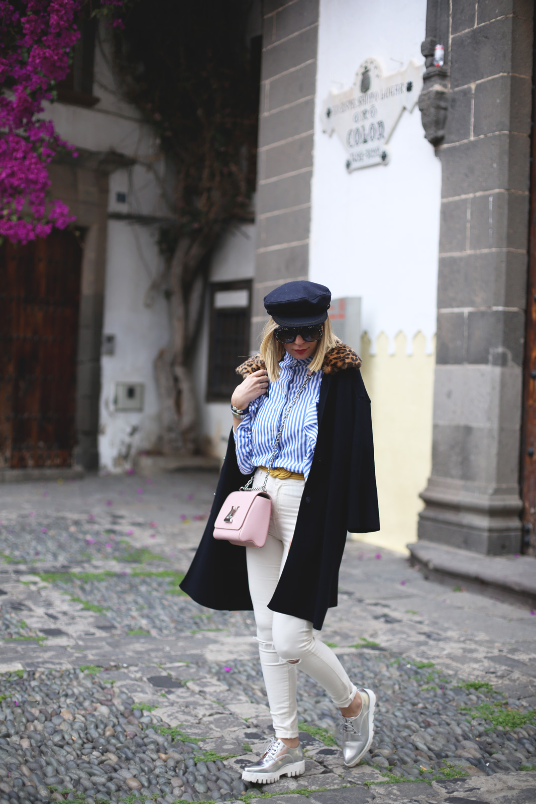 Abrigo de punto azul y jeans blancos