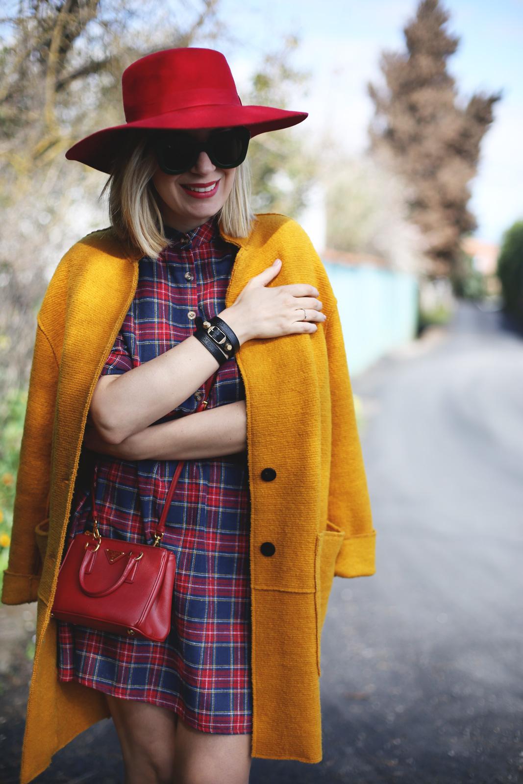 look con sombrero rojo y vestido de cuadros