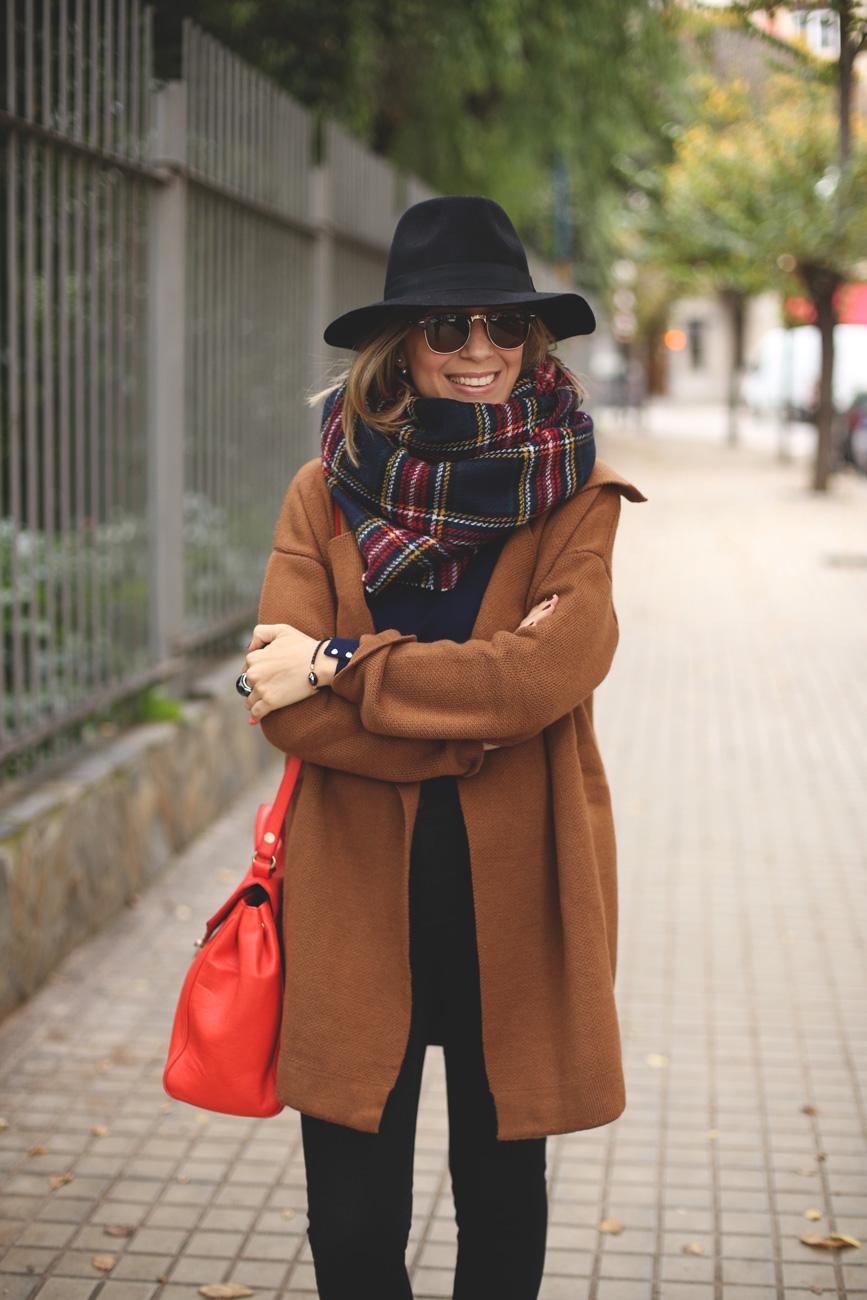 Abrigo de punto camel y bufanda de cuadros