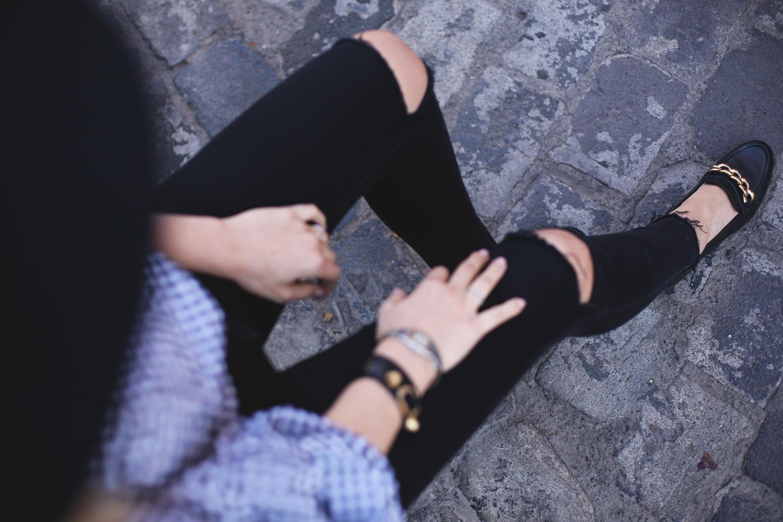 Mocasines negros con detalles dorados