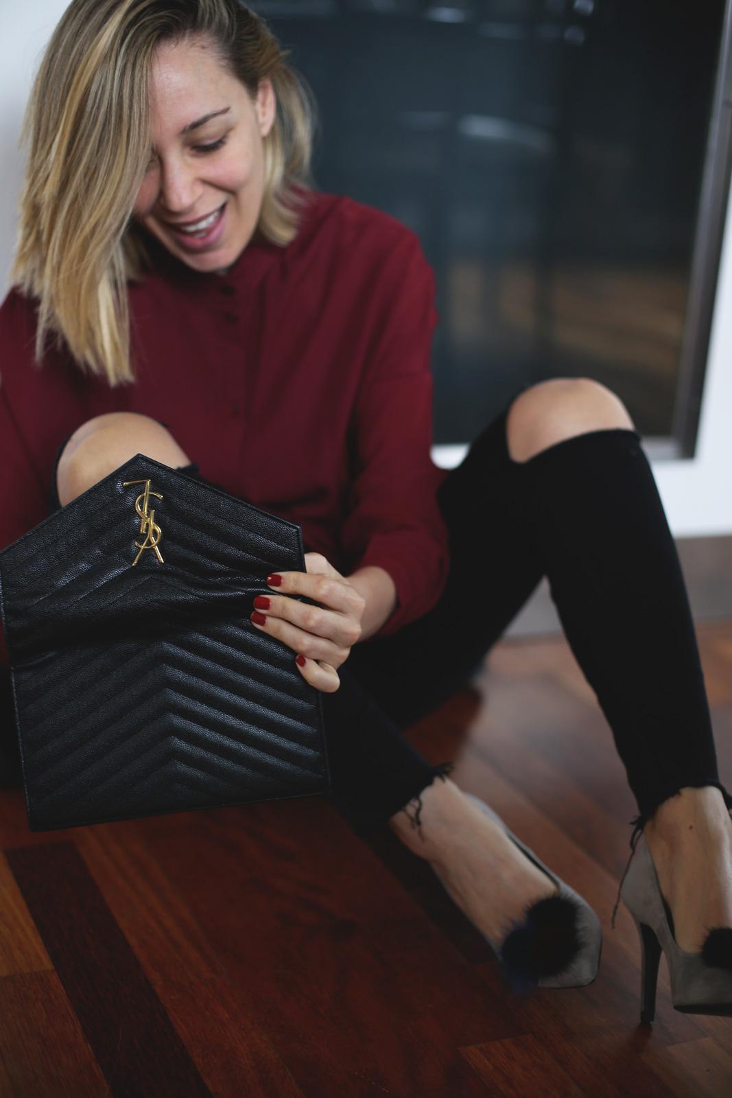jeans rotos y camisa burdeos moda mujer