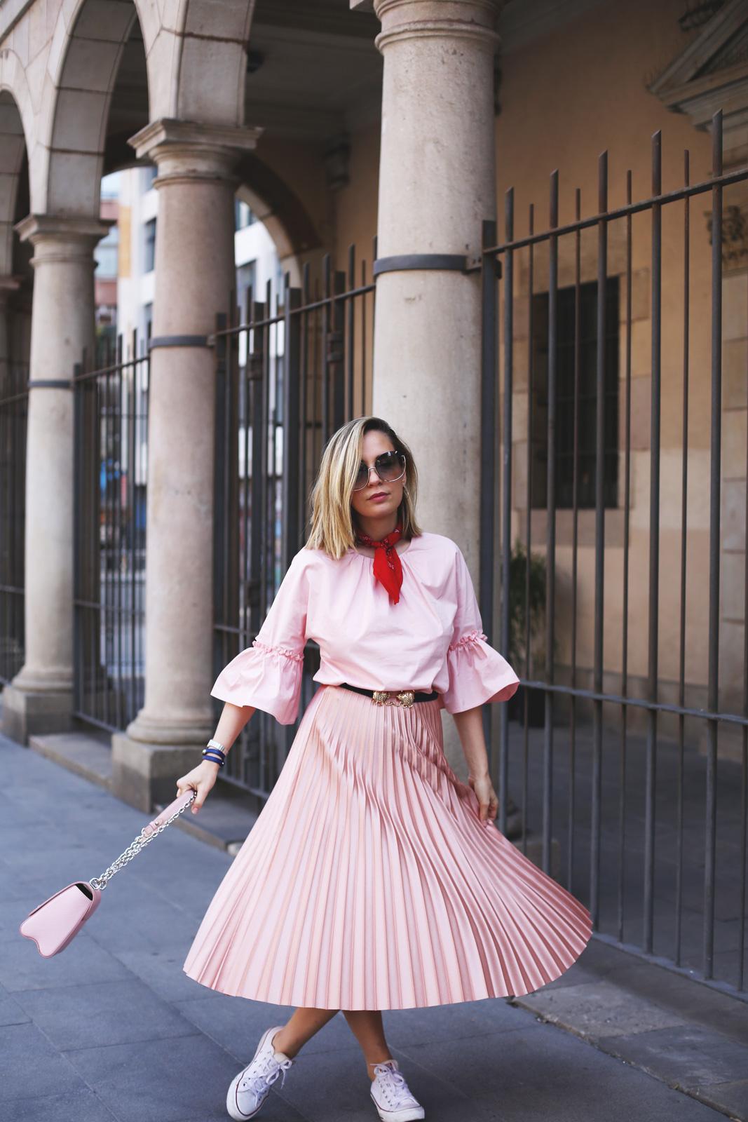 Falda plisad rosa y top con volantes