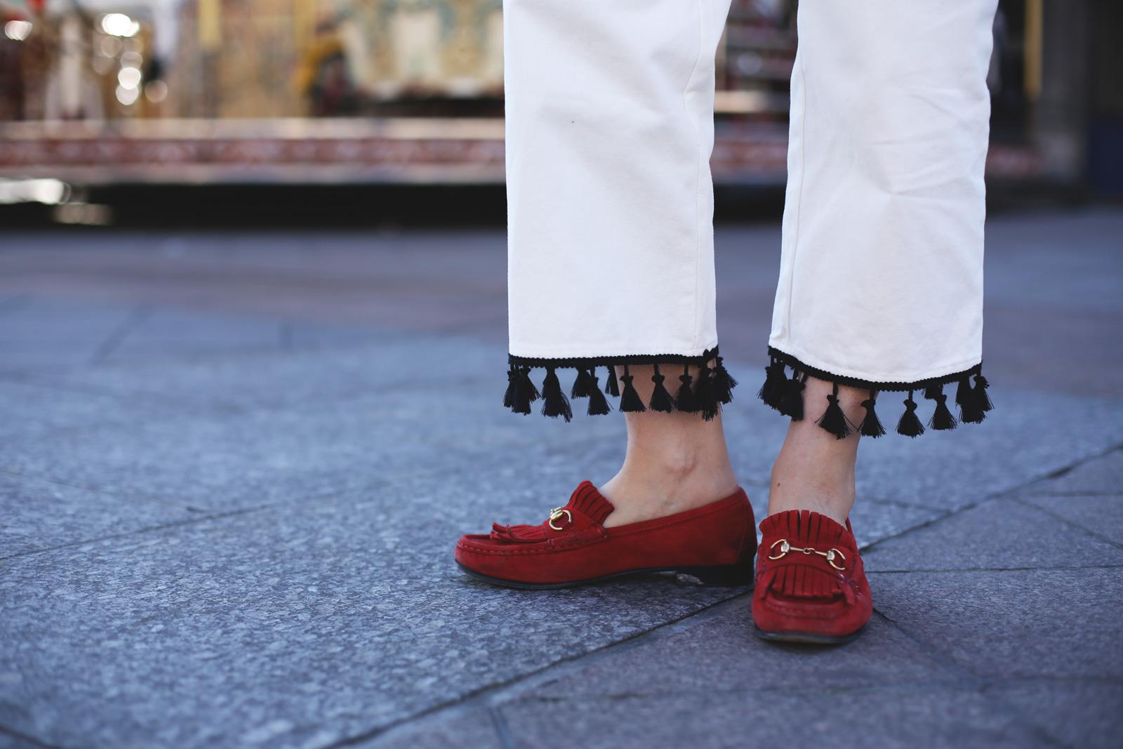 jeans con borlas y mocasines gucci