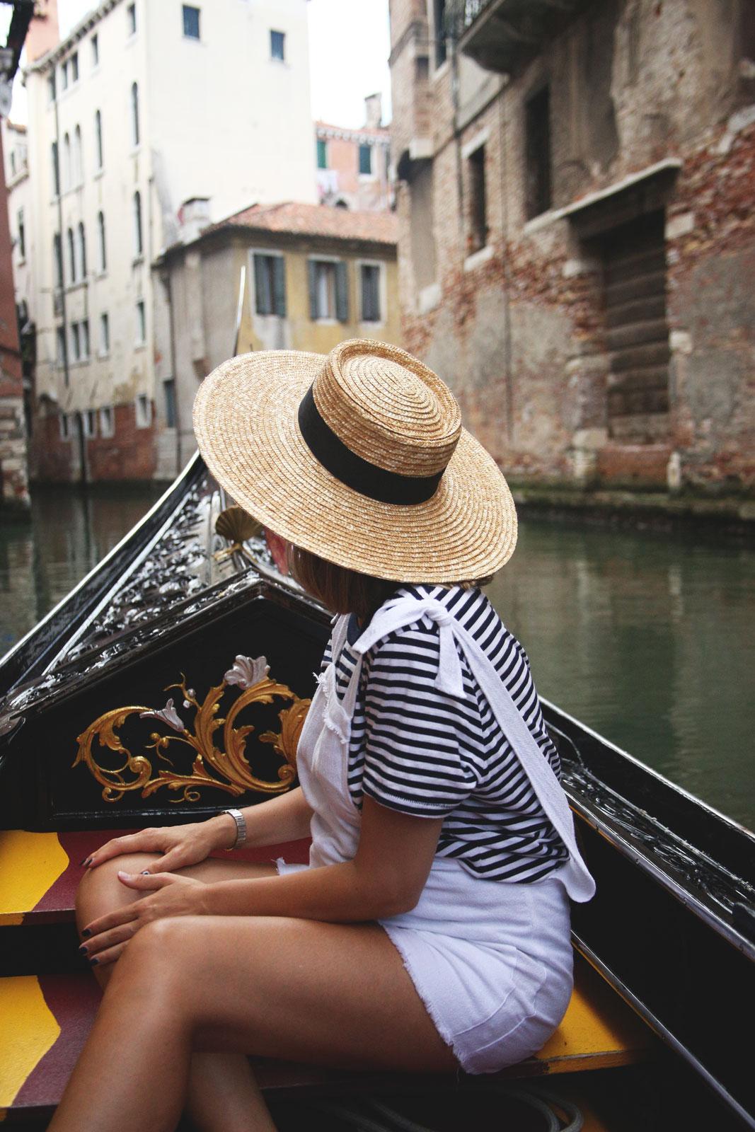 look con sombrero en venecia
