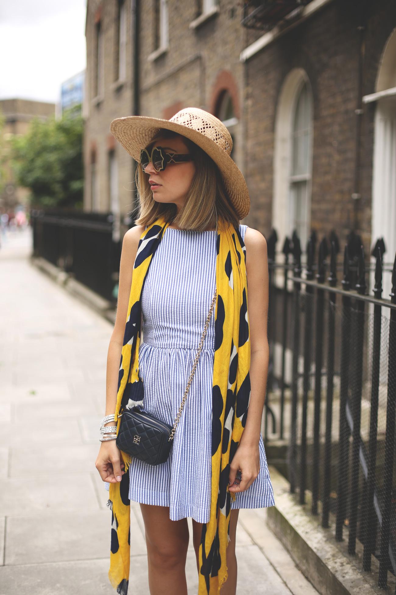 vestido de rayas y sombrero maxi