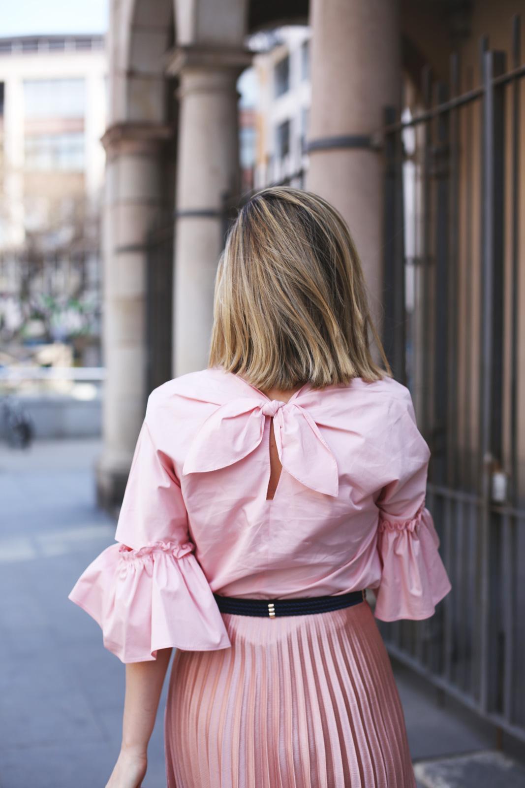 Top rosa con volantes de tendencia