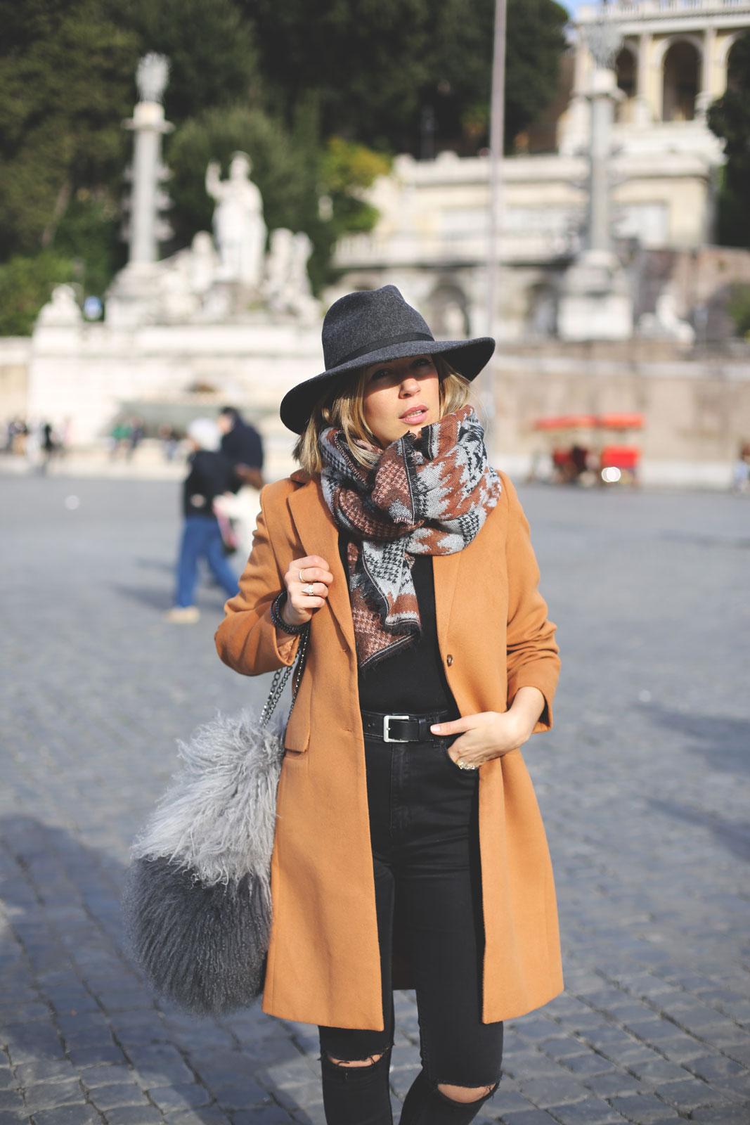 abrigo camel y jeans rotos en Roma
