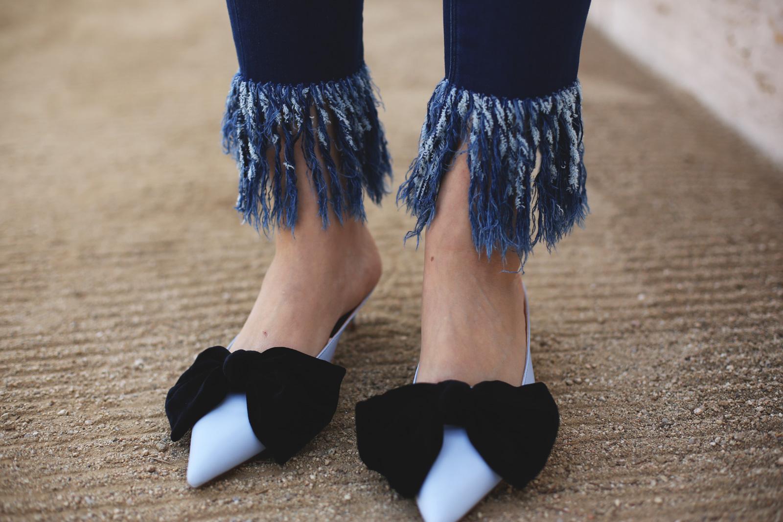 Zapatos destalonados de Zara con jeans con flecos