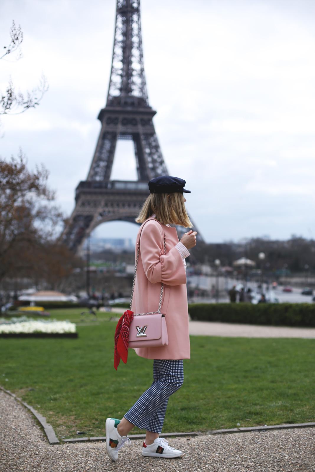 Pantalón vichy azul con abrigo rosa