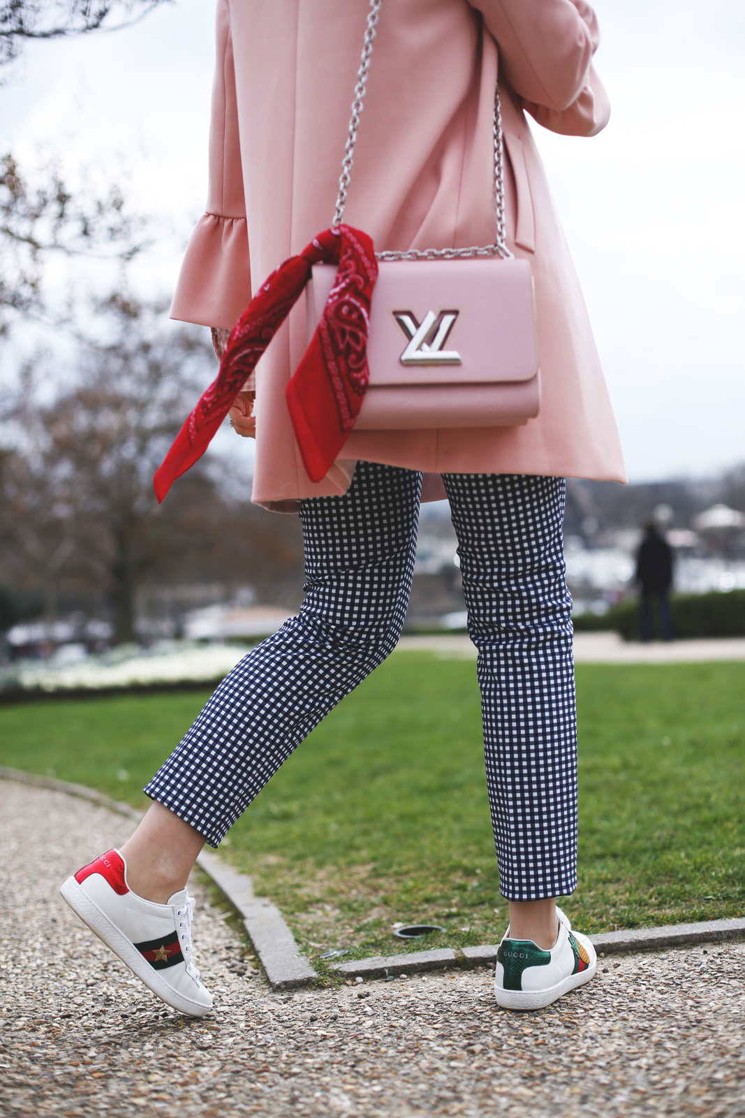 Pantalones de vichy y abrigo rosa con volantes de Zara