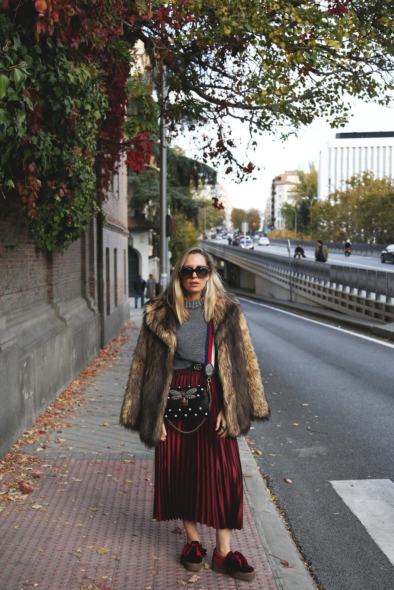 look con falda plisada burdeos moda
