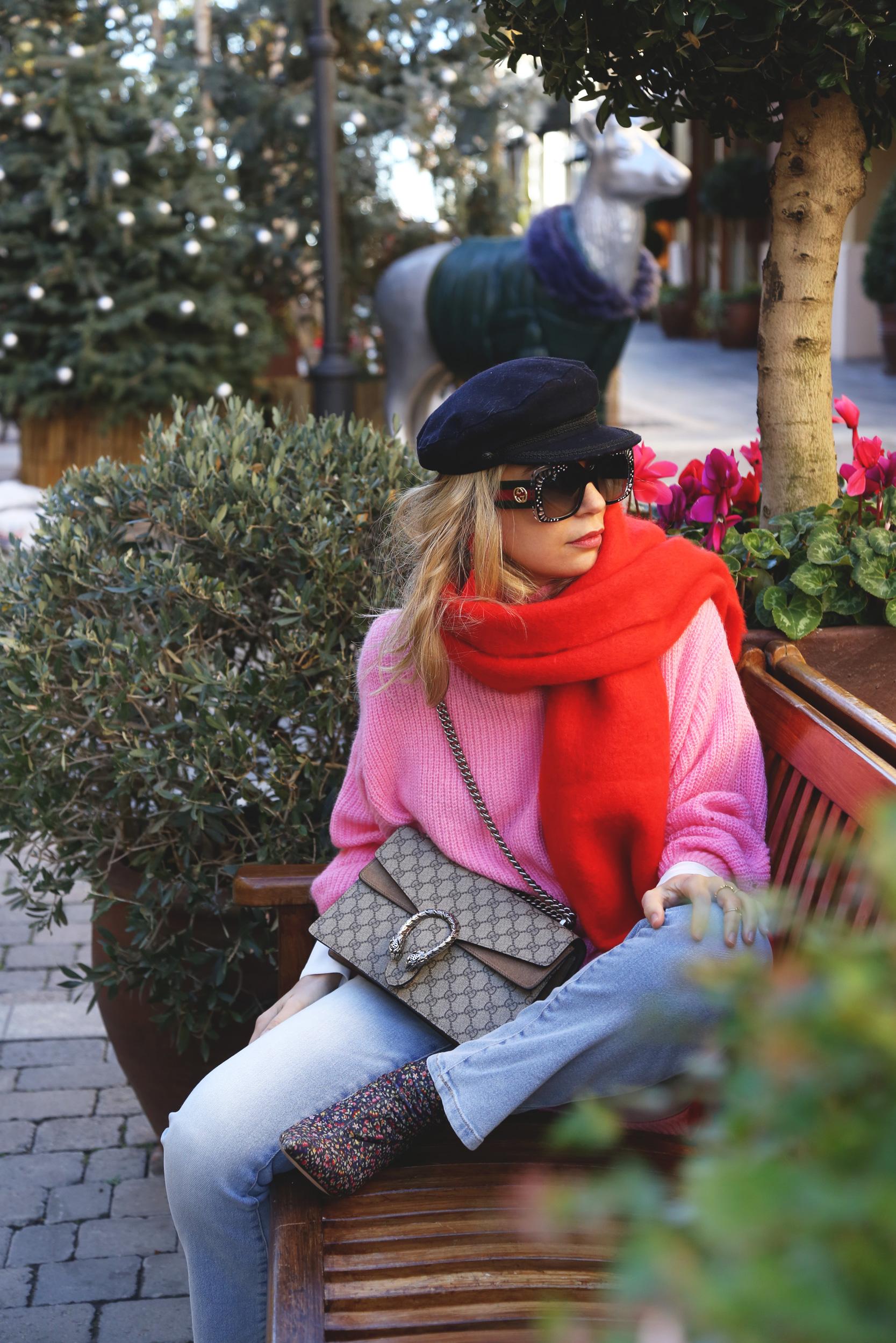bufanda roja y jersey rosa