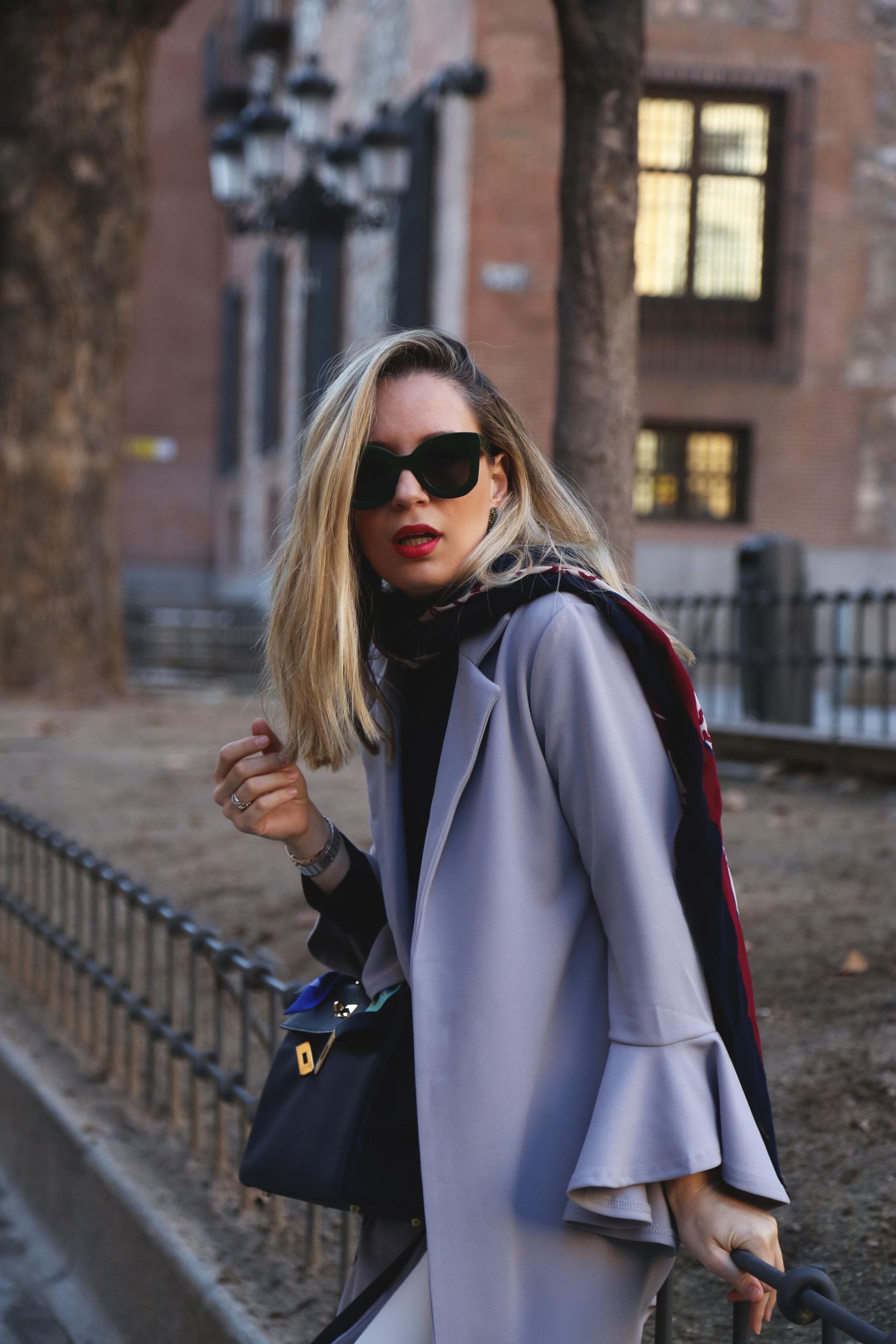 Combinar abrigo gris